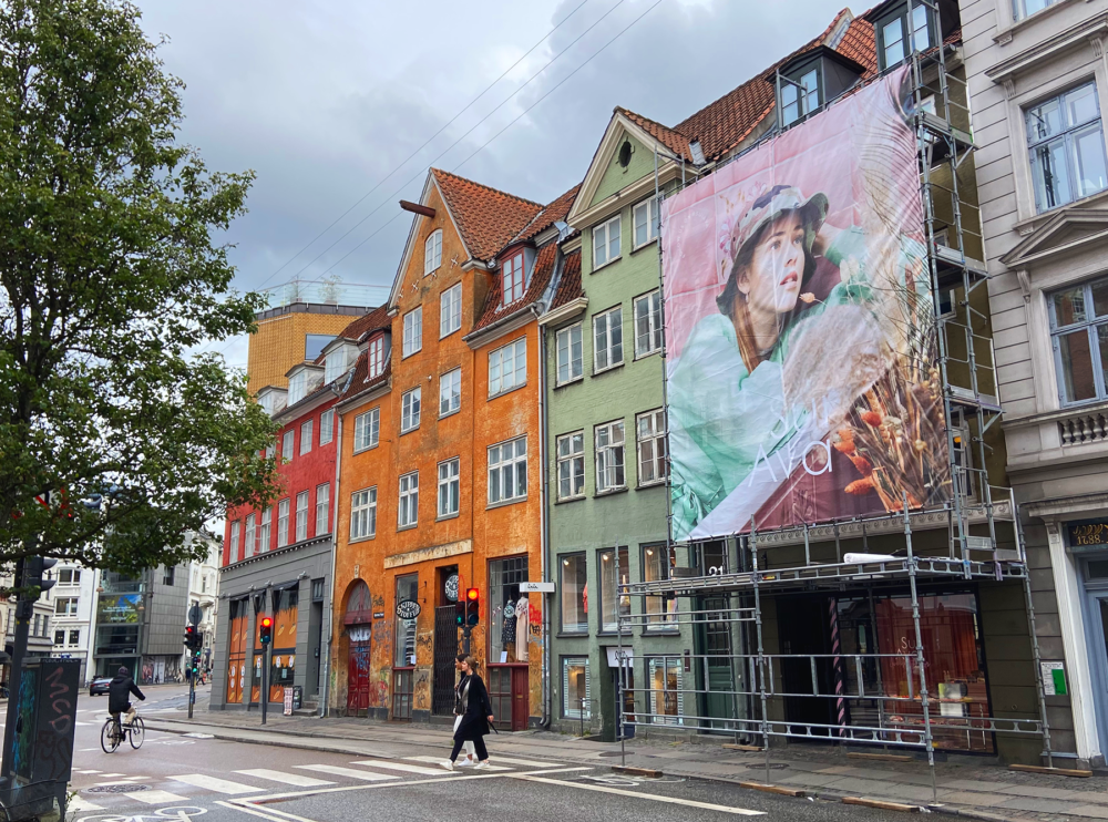 Sui Ava SS20 - outdoor reklame på butiksfacade. Foto: Tenna Fonnesbo